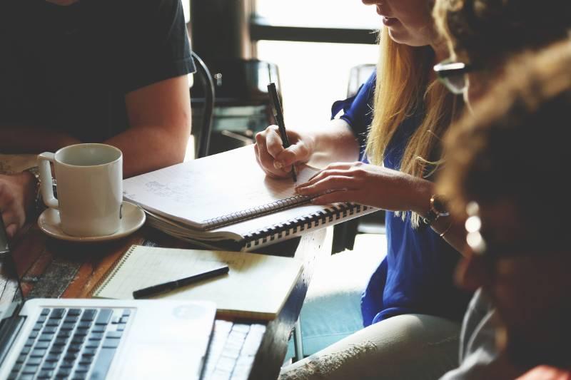 Gruppo di studenti mentre stanno studiando con i loro notebook.